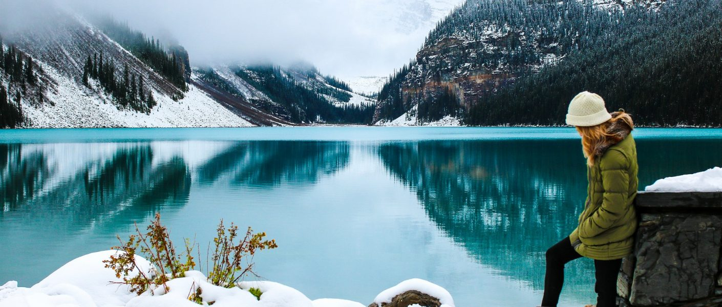 Chica en lago de Canadá