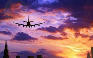 Avion cruzando hacia el horizonte en la puesta de sol