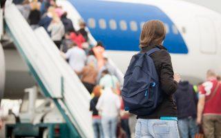 Chica subiendo al avion